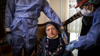116 yaşlarındaki iki kadına Covid-19 aşısı yapıldı