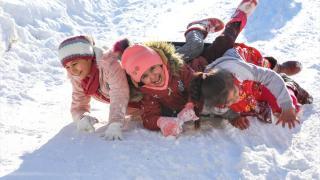 Malatya'da çocuklar karda kayarak doyasıya eğlendi