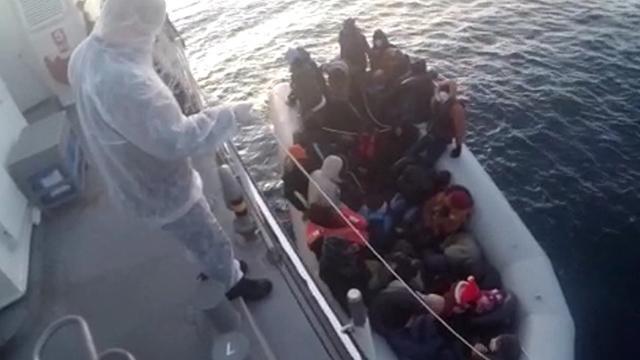 İzmirde Türk kara sularına itilen 32 sığınmacı kurtarıldı