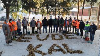 """Manisa'da temizlik işçileri kuru yapraklarla """"Evde Kal"""" çağrısında bulundu"""