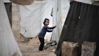 Suriye'de kampta yaşayan aile, görme engelli dört çocuğunun tedavi olmasını istiyor