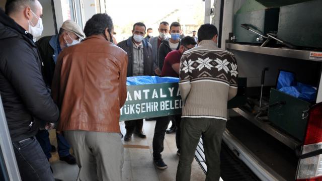 Antalyada otomobil traktöre çarptı: 2 ölü