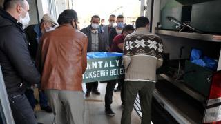 Antalya'da otomobil traktöre çarptı: 2 ölü