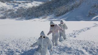 Koronavirüsle mücadele için karlı yolları aşıyorlar