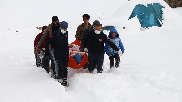 Kapanan yollarda mahsur kalanların imdadına ekipler koştu