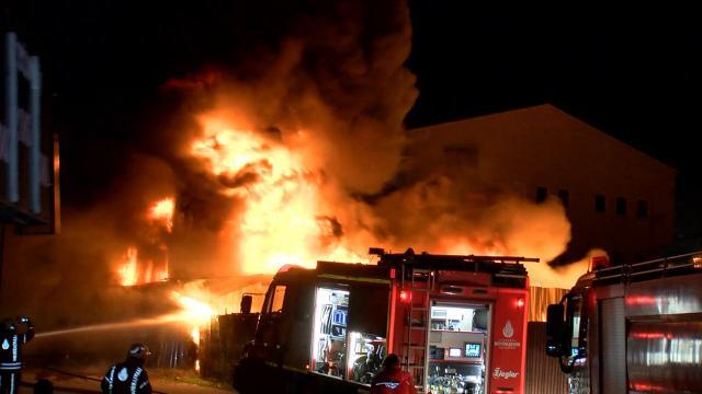 İstanbulda geri dönüşüm tesisinde yangın