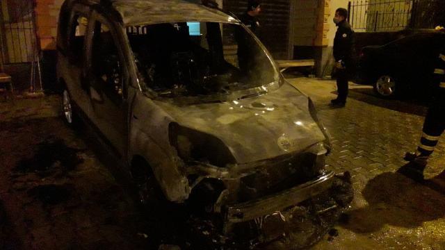 Adanada oto galeri önündeki araç yandı