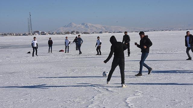 Buz tutan Arin Gölünde futbol keyfi