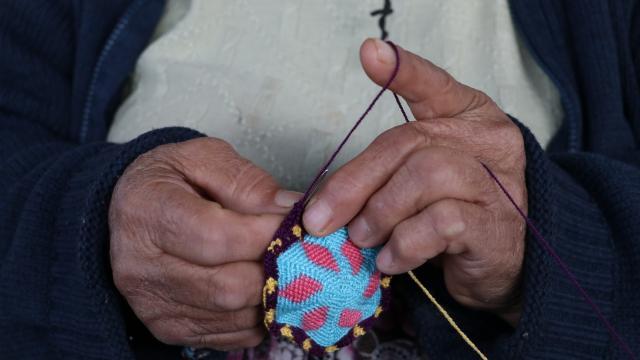 Kepsutlu Edibe nine Yörük motiflerini el emeği göz nuru ürünleriyle yaşatıyor