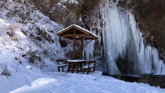 Buz tutan Sırakayalar Şelalesi güzel manzaralara ev sahipliği yapıyor
