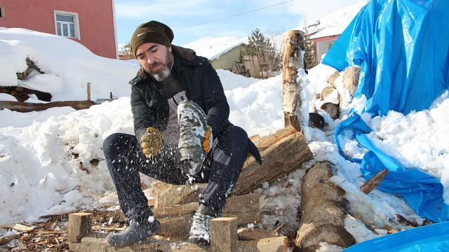 Karlıovada fırıncılar, karın altından çıkardıkları odunlarla ekmekleri pişiriyor