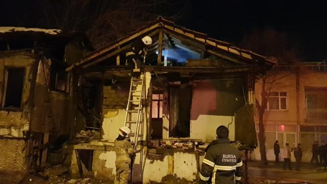 Bursada metruk bir binada yangın çıktı