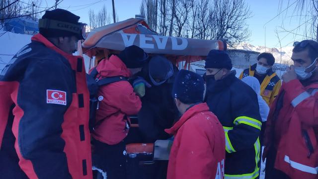 Hakkaride dağda mahsur kalan kişi 4 saatlik çalışmayla kurtarıldı