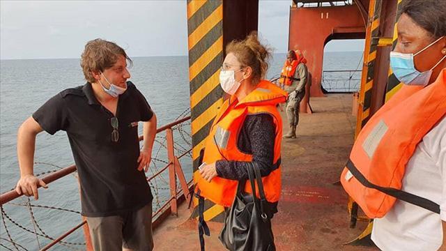 Librevil Büyükelçisi Kaygısız, saldırıya uğrayan gemi mürettebatıyla görüştü