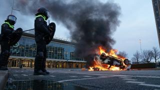 Hollanda'da kısıtlama karşıtı gösterilere polis müdahale etti