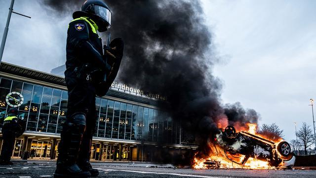 Hollandada COVID-19 kısıtlamaları karşıtı protesto: 70 gözaltı
