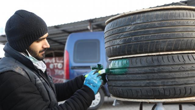 Bingöllü işletmeci otomobil lastiklerinden yaptığı evlerle kedileri soğukta kalmaktan kurtardı