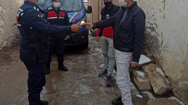 Jandarma ekipleri yolda buldukları cüzdanı sahibine teslim etti