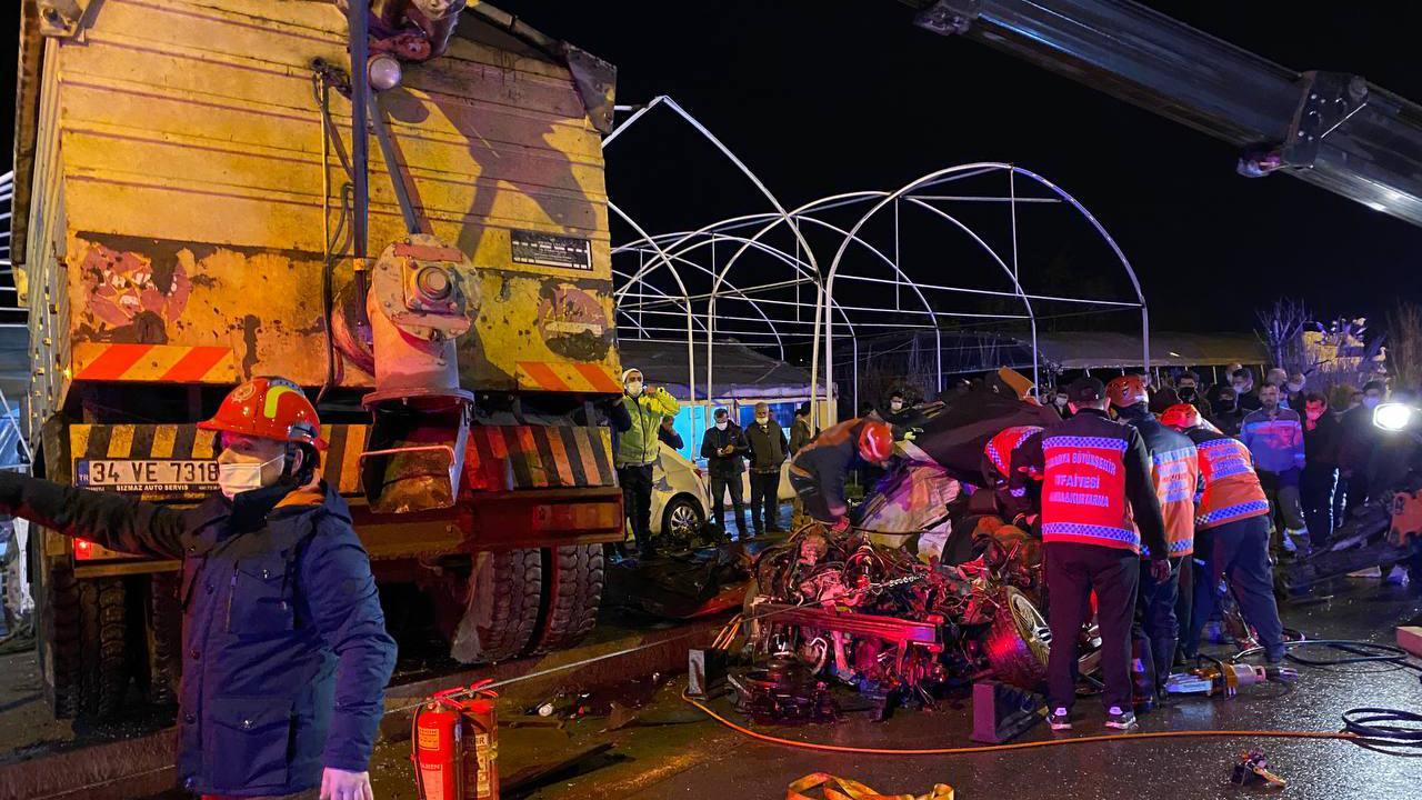 Sakarya'da kamyon otomobillerin üzerine devrildi