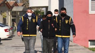 Adana'da çantadan telefon çaldıkları iddia edilen 2 zanlı yakalandı