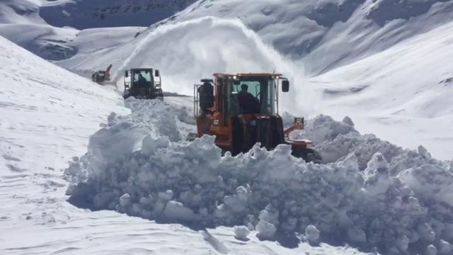 Bahçesaray yolunda karla mücadele sürüyor