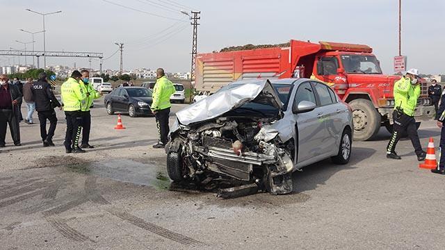 Adanada iki otomobil çarpıştı: 1 ölü, 5 yaralı