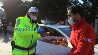 Kızılay'dan polis ve jandarmaya simit-çay ikramı
