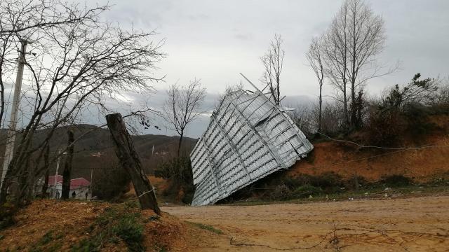 Lodos çatıları uçurdu, telleri kopardı