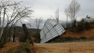 'Lodos' çatıları uçurdu, telleri kopardı