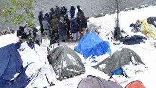Paris'te sokakta kalan 150 göçmen kendilerini okula kapattı
