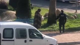 Polis memuru sokakta kalan vatandaşla kumanyasını paylaştı