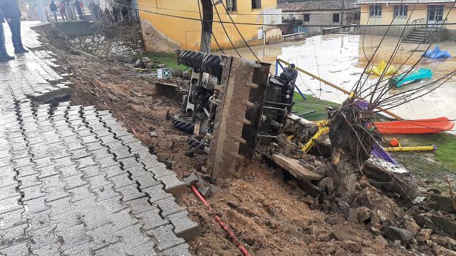 İzmirde sağanak: Bir okulun istinat duvarı yıkıldı