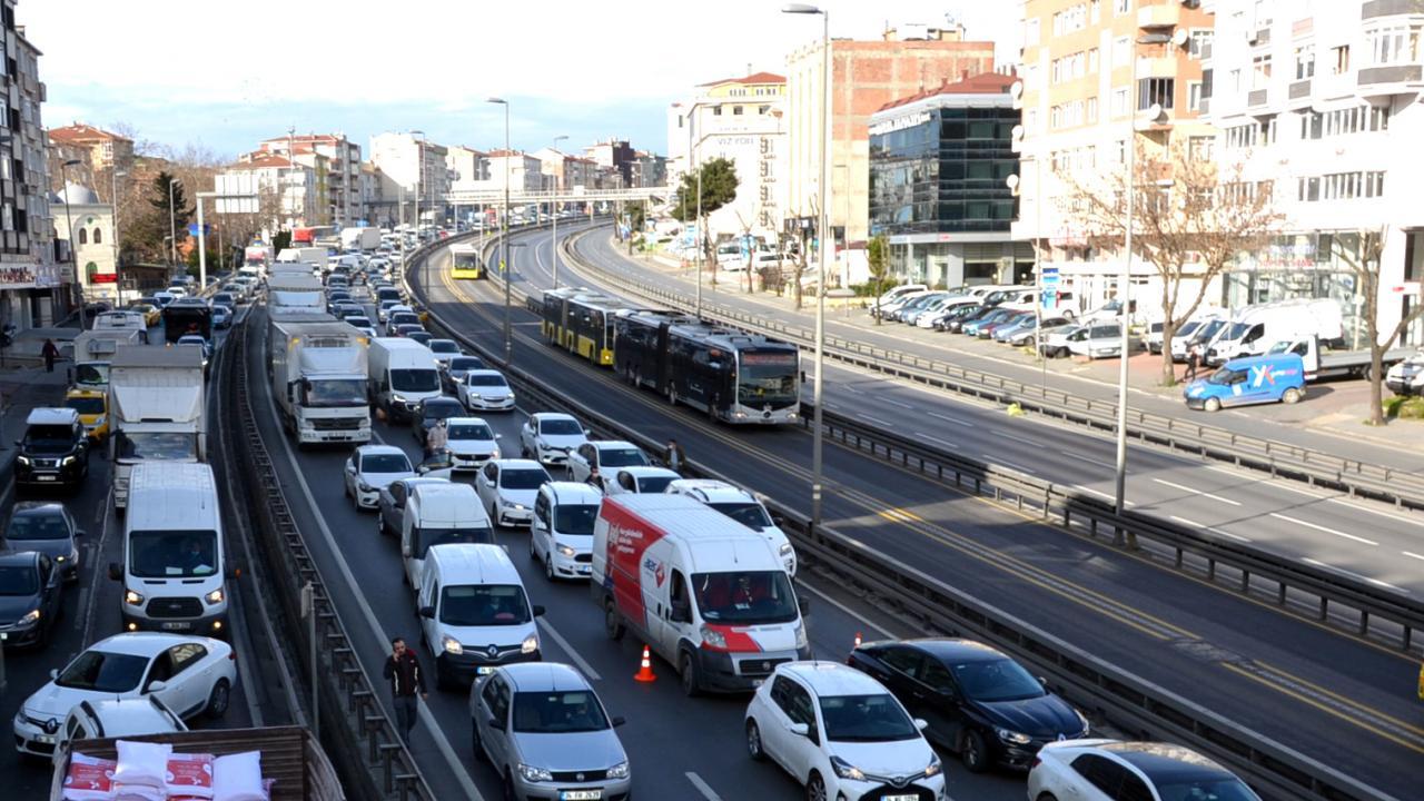İstanbul'da kısıtlamaya rağmen trafik oluştu