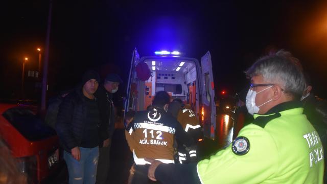 Ağaca çarpan otomobildeki 2 kişi yaralandı