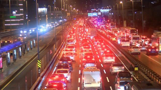 İstanbulda kısıtlamanın başlamasına rağmen trafik yoğunluğu