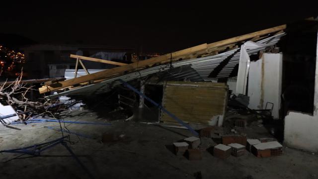 Bursada rüzgardan bir evin çatısı uçtu