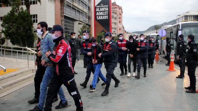 Antalyada uyuşturucu operasyonu: 25 şüpheli adliyeye sevk edildi
