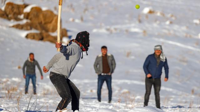 Van usulü beyzbol vatandaşların kış günlerindeki en büyük eğlencesi oldu
