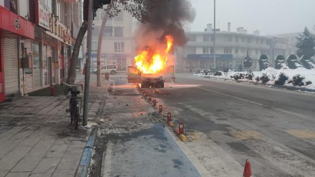 Kahramanmaraşta park halindeki araç yandı