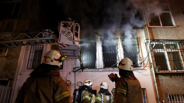 Fatihte iki katlı binada çıkan yangın söndürüldü