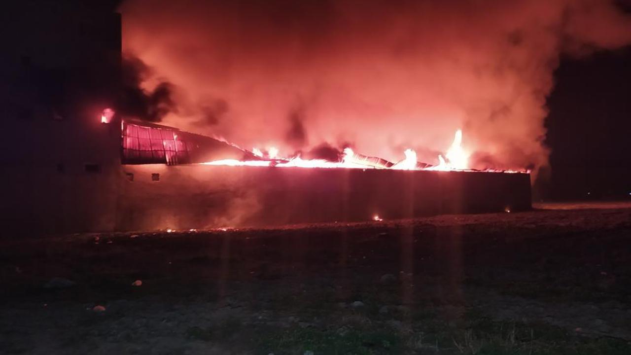 Mobilya atölyesindeki yangın evlere de sıçradı