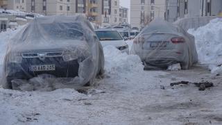 Hakkari buz kesti; otomobillerini naylon, battaniye ile korudular