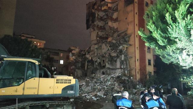 Yıkımı devam eden bina lodosa dayanamadı