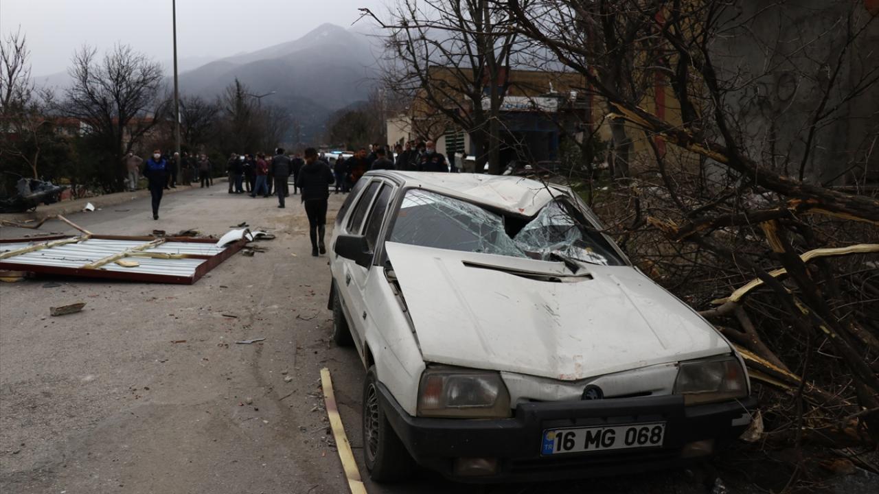 Bursa'da kuvvetli lodos çatıları uçurdu
