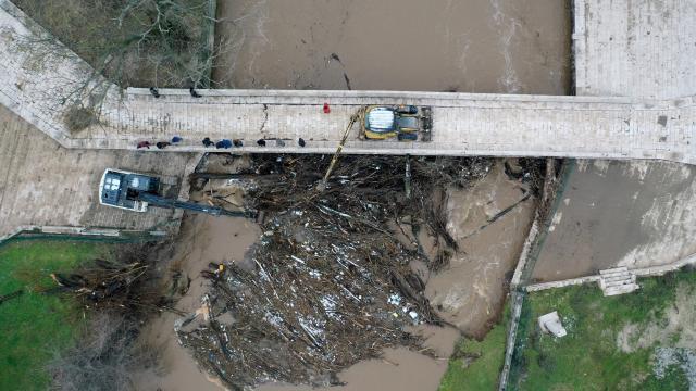 Edirnede taşkında kemerleri kütüklerle tıkanma aşamasına gelen Fatih Köprüsü temizlendi