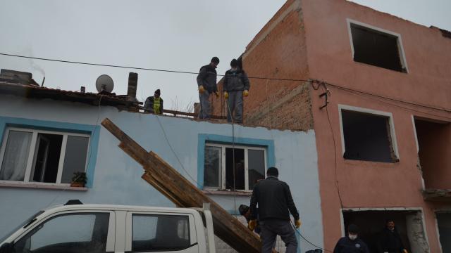 Kütahyada şiddetli rüzgardan yıkılan duvar bir eve zarar verdi