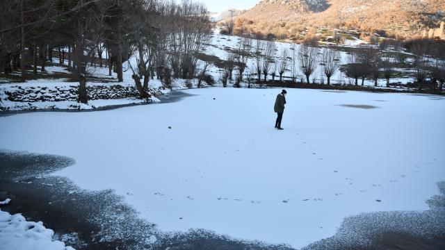 Giresunda buz tutan gölet ve akarsu güzel görüntüler oluşturdu