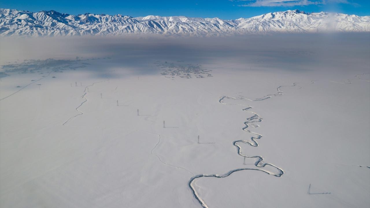 Kar altındaki Yüksekova havadan görüntülendi
