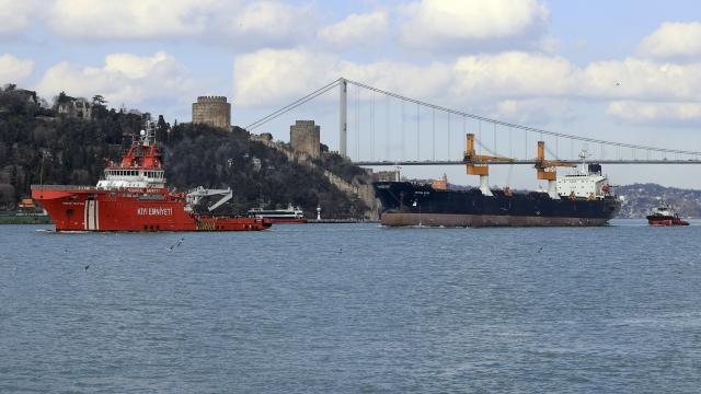 Beykozda makine arızası nedeniyle demir atan kargo gemisi Ahırkapıya götürülüyor