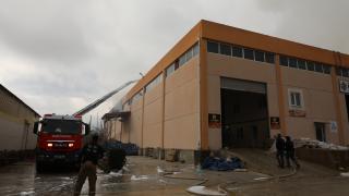 İzmir'de palet fabrikasında çıkan yangına müdahale ediliyor